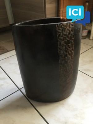 Vase deco africaine légèrement ébréché
