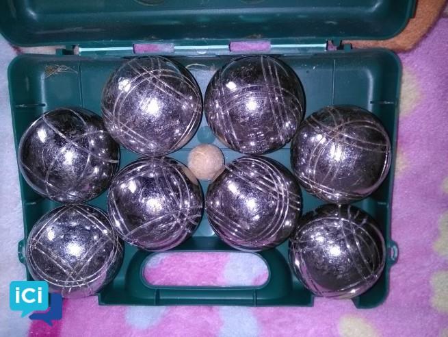 Vends 8 boules de pétanques de marque OBUT