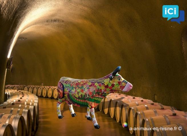 vache en taille réelle décorée d'une fresque en l'honneur du monde du vin et des vignes, dans le style design