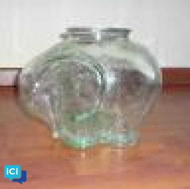 Vend magnifique vase en verre en forme d'éléphant.